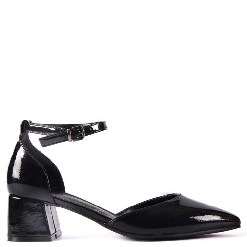 Pump with strap in black patent