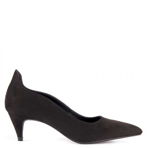 Black pump with decorative cuts